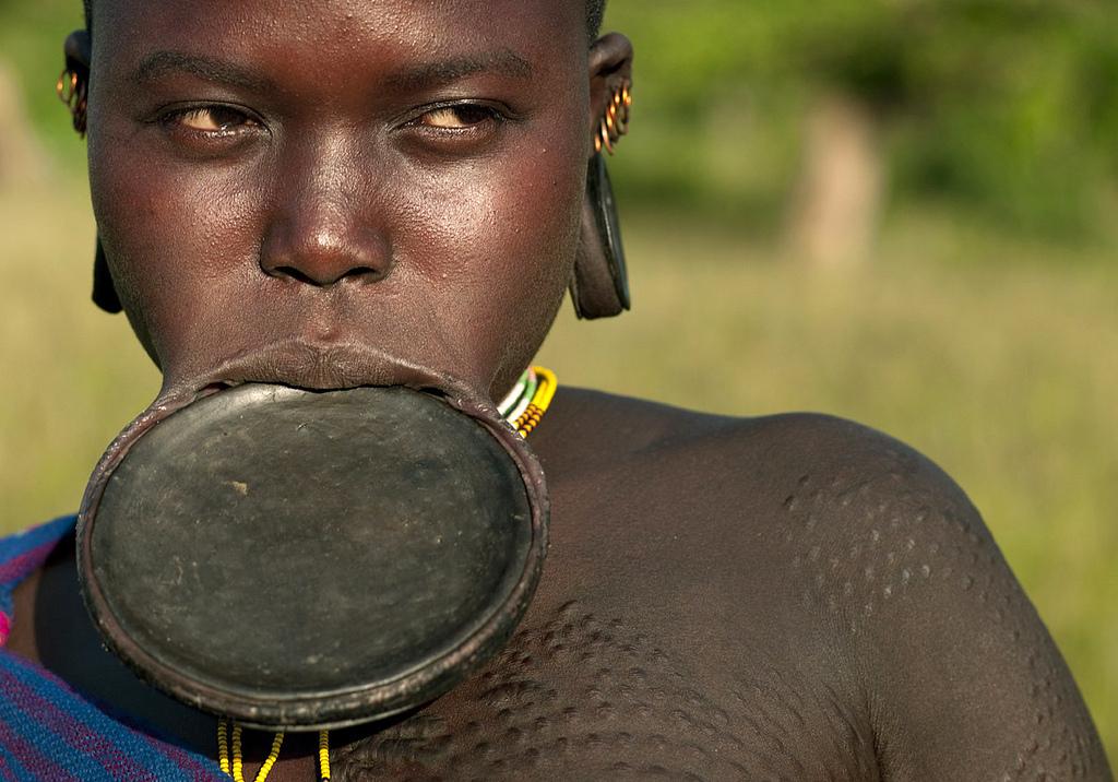 Žena-natiahnutá-pera-Etiopia